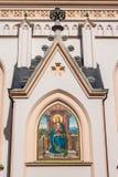 圣母玛丽亚的描述有一本书的在圣Nikolaus教会,罗森海姆,德国的外部 免版税库存照片