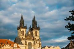 圣母玛丽亚的教会在Tyn前面的在老镇中心在布拉格在捷克 中世纪欧洲人 免版税库存图片