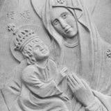 圣母玛丽亚的银色雕象有小的耶稣基督h的 免版税图库摄影