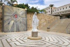 圣母玛丽亚的雕象在通告的大教堂的庭院里在拿撒勒,以色列 免版税库存图片