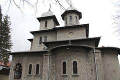 圣母玛丽亚皇家教会诞生从Busteni (Prahova)的,罗马尼亚侧视图 免版税图库摄影