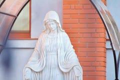 圣母玛丽亚祈祷的雕象 免版税库存照片