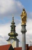 圣母玛丽亚金黄圣玛丽雕象和教会在萨格勒布 免版税库存图片
