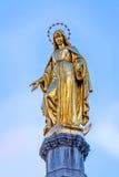 圣母玛丽亚金黄雕象 库存图片