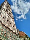 圣母百花圣殿圣玛丽亚del菲奥雷钟楼和圆顶  免版税图库摄影