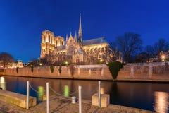 巴黎圣母院在晚上,法国大教堂  免版税图库摄影