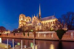 巴黎圣母院在晚上,法国大教堂  免版税库存照片