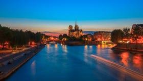 巴黎圣母院大教堂日落的 免版税库存图片