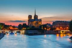 巴黎圣母院大教堂日落的 免版税图库摄影
