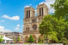 巴黎圣母院是在援引海岛上的中世纪宽容大教堂在巴黎,法国 图库摄影