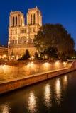 巴黎圣母院照亮了在微明 夏天在巴黎,法国 库存图片