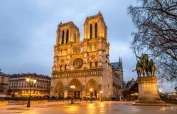 巴黎圣母院的晚上视图 库存图片