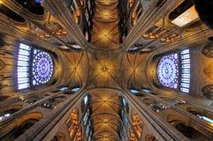 巴黎圣母院,一个历史的宽容大教堂内部看法认为其中一个最美好的例子的法国哥特式 免版税库存图片