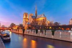 巴黎圣母院,法国大教堂日落的 图库摄影