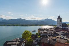 圣沃尔夫冈江边看法有Wolfgangsee湖的,奥地利 免版税库存图片