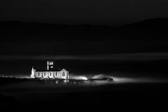 圣法兰西斯教会阿西西,翁布里亚美好的夜视图  图库摄影
