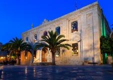 圣泰特斯教会或者贴水Titos,在伊拉克利翁的中心,克利特,在与几乎满月的晚上在它上 免版税库存图片