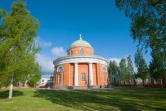 圣洁传道者彼得和保罗的教会的看法在一晴朗的6月天 19座钟楼c教会芬兰hamina保罗・彼得st 库存照片