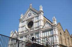 圣洁十字架的大教堂二三塔Croce大教堂在同一个名字的正方形的在佛罗伦萨,托斯卡纳,意大利 库存照片