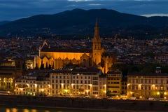 圣洁发怒大教堂二三塔Croce在晚上微明下,佛罗伦萨的教会的看法 免版税库存照片
