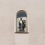 圣洁圣尼古拉斯雕塑在房子墙壁上的在雷根斯堡,德国 库存图片