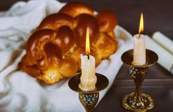 圣洁安息日传统犹太安息日仪式的自创新近地被烘烤的鸡蛋面包 免版税图库摄影