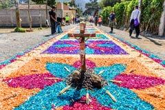 圣洁星期四洗染了锯木屑队伍地毯,安提瓜岛,危地马拉 图库摄影