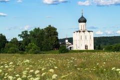 圣洁的贞女的调解的教会Nerl河的在明亮的夏日 库存图片