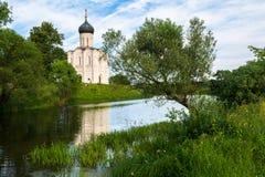 圣洁的贞女的调解的教会Nerl河的在明亮的夏日 图库摄影