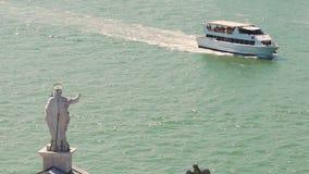 圣洁者有轮渡的雕象和河看法从后面的在晴天,慢动作 影视素材