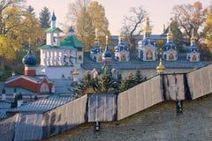 圣洁Dormition Pskovo-Pechersky修道院的圆顶在晴朗的10月早晨 Pechory,普斯克夫地区 俄国 库存图片