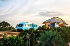圣淘沙明确单轨铁路车火车在新加坡在晚上 库存照片