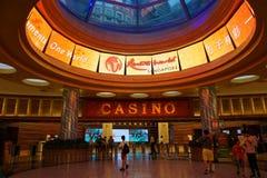 圣淘沙,新加坡2017年7月08日:对赌博娱乐场的人步行 免版税库存照片