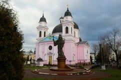 圣灵大教堂与纪念碑的对Bukovyna,乌克兰的第一个城市居民 库存照片