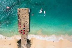 圣玛丽亚在婆罗双树海岛海角Verd的海滩浮船鸟瞰图  免版税图库摄影