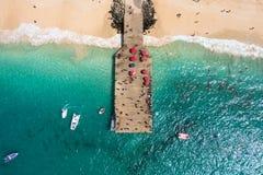 圣玛丽亚在婆罗双树海岛海角Verd的海滩浮船鸟瞰图  库存照片