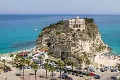 圣玛丽亚小山谷` Isola教会-特罗佩亚,卡拉布里亚,意大利鸟瞰图  库存照片
