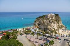 圣玛丽亚小山谷` Isola教会-特罗佩亚,卡拉布里亚,意大利鸟瞰图  免版税库存图片
