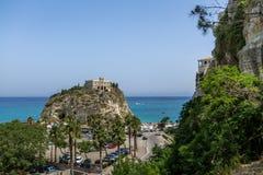 圣玛丽亚小山谷` Isola教会-特罗佩亚,卡拉布里亚,意大利鸟瞰图  免版税库存照片