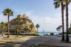圣玛丽亚小山谷` Isola教会-特罗佩亚,卡拉布里亚,意大利 库存照片