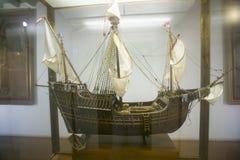 圣玛丽亚帆船的复制品在15世纪方济会修士莫纳斯特里奥de圣诞老人Mari? ¿ ½的de la Ri? ¿ ½ bida,帕洛斯de la Front 免版税库存图片