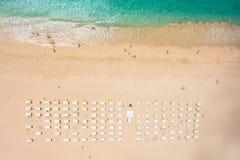 圣玛丽亚海滩遮阳伞和轻便折叠躺椅鸟瞰图在婆罗双树我 免版税库存照片