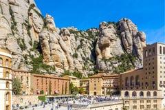 圣玛丽亚de蒙特塞拉特修道院在Monistrol在美好的夏日,卡塔龙尼亚,西班牙 免版税库存照片