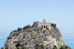 圣玛丽亚dell'Isola,特罗佩亚,意大利教会  库存照片