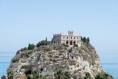 圣玛丽亚dell& x27教会; 在特罗佩亚附近,意大利镇的Isola  库存图片