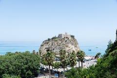 圣玛丽亚dell& x27教会; 在特罗佩亚附近,意大利镇的Isola  免版税库存照片