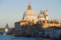 圣玛丽亚della致敬大教堂的圆顶的看法在一个9月晚上 威尼斯 库存图片