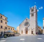 圣玛丽亚Maggiore广场在Alatri在一个晴朗的夏天早晨,弗罗西诺内,拉齐奥,中央意大利省  免版税库存图片