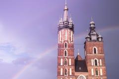 圣玛丽大教堂的两个塔在反对backgro的克拉科夫 图库摄影