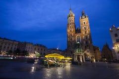 圣玛丽教会在克拉科夫主要集市广场 免版税库存照片